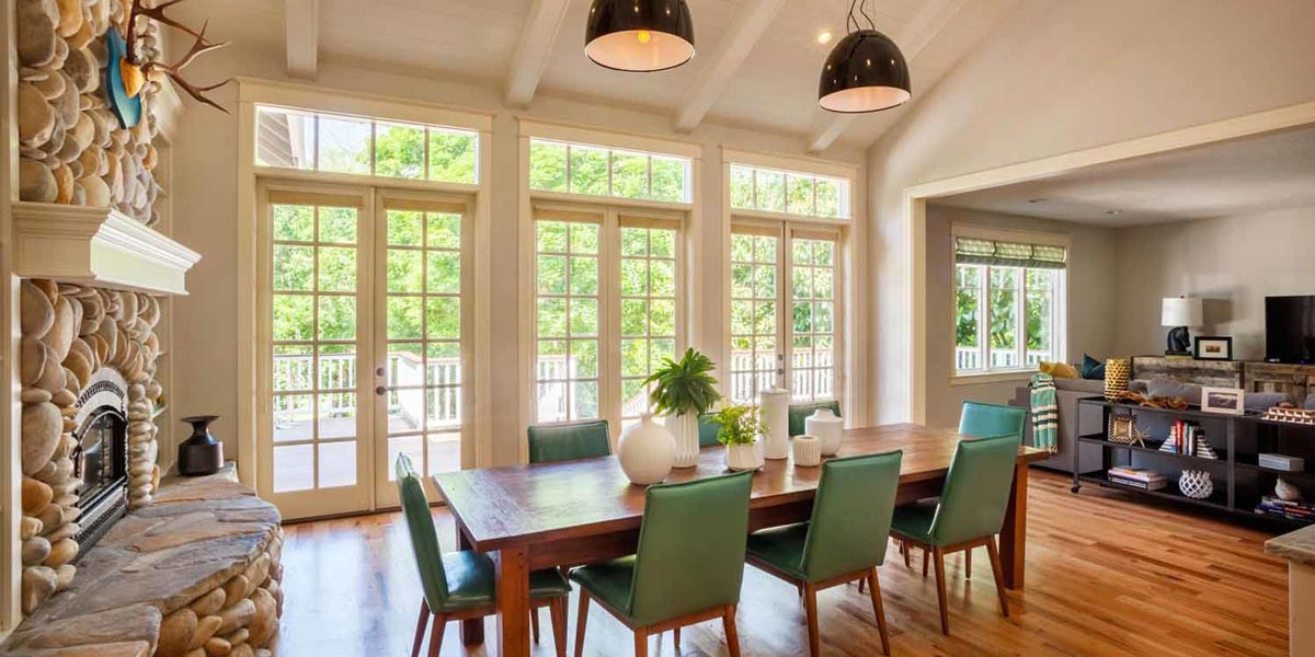 Spacious dining room with garden view