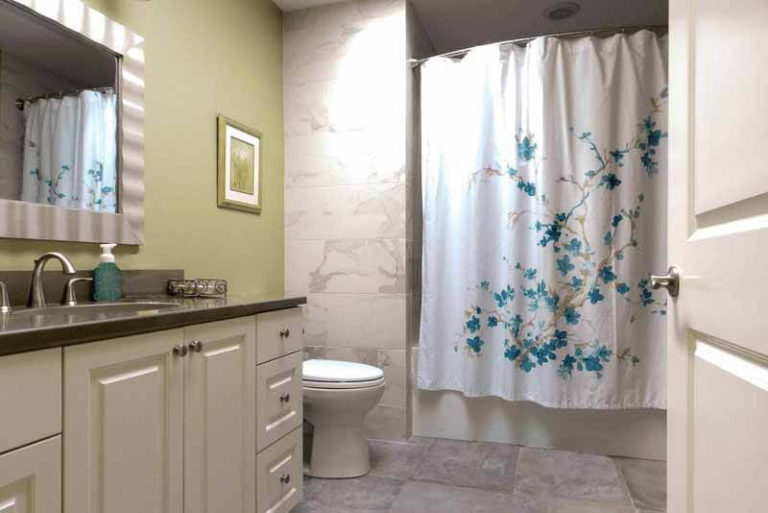Shower curtains with flowers inside of the bathroom